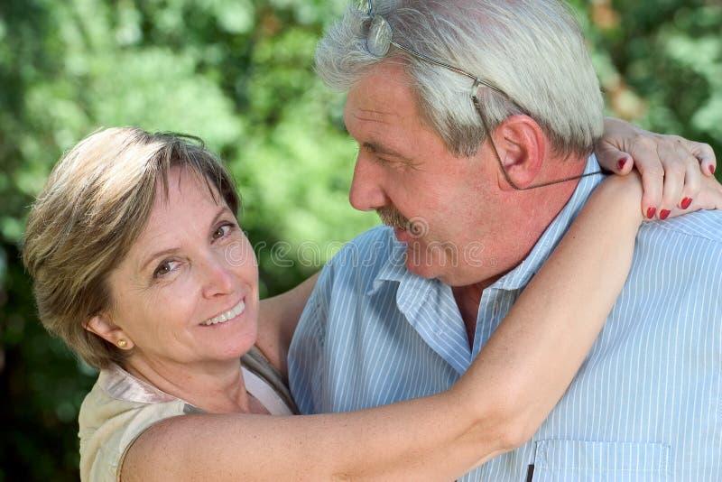Mujer que abraza a un hombre imágenes de archivo libres de regalías