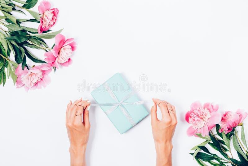 Mujer que abre su presente, visión superior fotos de archivo libres de regalías