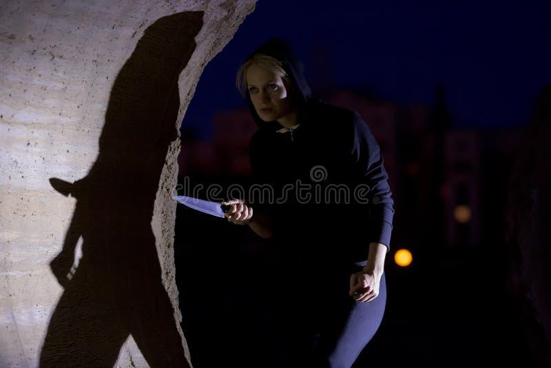 Mujer que acecha con el cuchillo fotografía de archivo