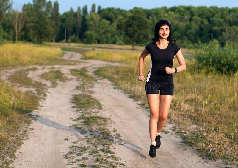 Mujer que activa al aire libre en verano imagenes de archivo
