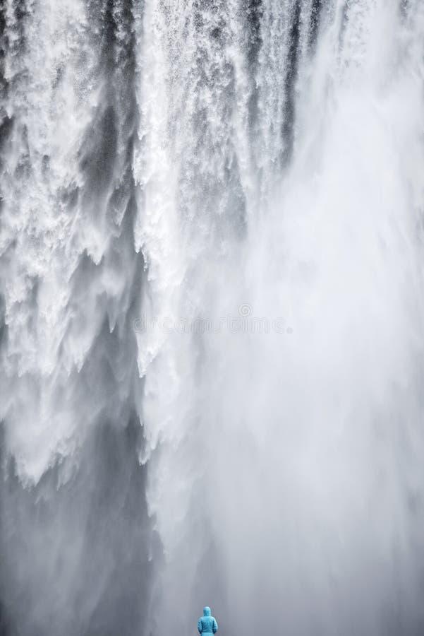 Mujer que admira la cascada de Skogafoss en Islandia imagen de archivo libre de regalías