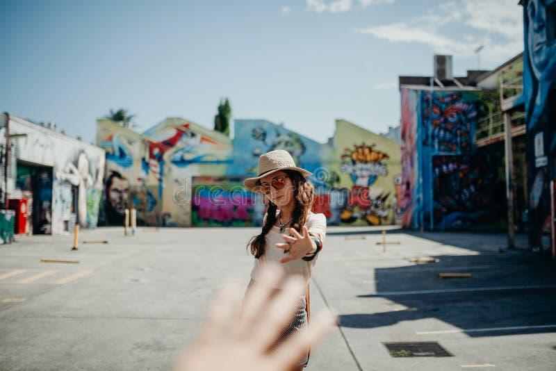 Mujer que alcanza su mano a su mano del novio fotografía de archivo libre de regalías