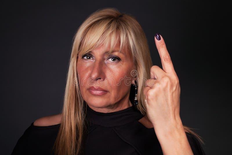 Mujer que amenaza con su dedo imágenes de archivo libres de regalías