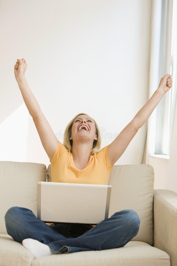 Mujer que anima con la computadora portátil imagen de archivo libre de regalías