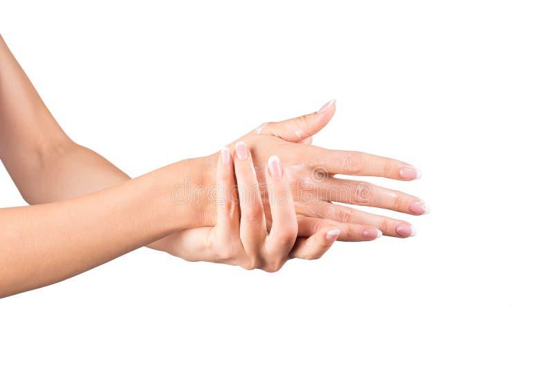 Mujer que aplica la crema, manos femeninas, fondo blanco, primer imagen de archivo libre de regalías
