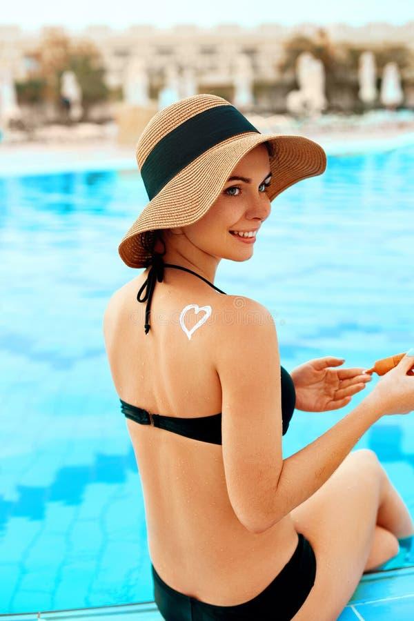 Mujer que aplica la nata poner crema de Sun en hombro bronceado Protecci?n de Sun Crema de Sun Cuidado de la piel y del cuerpo imágenes de archivo libres de regalías