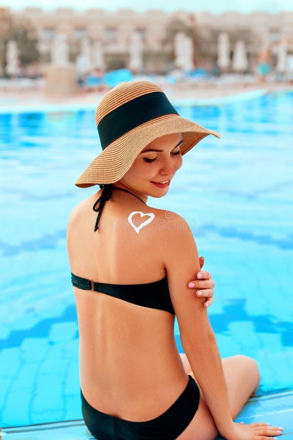 Mujer que aplica la nata poner crema de Sun en hombro bronceado Protecci?n de Sun Crema de Sun Cuidado de la piel y del cuerpo fotografía de archivo