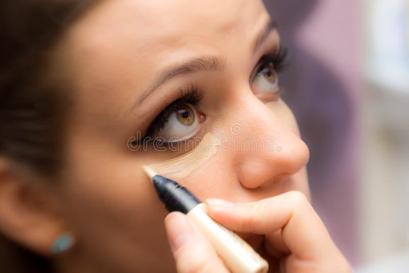Mujer que aplica maquillaje imágenes de archivo libres de regalías