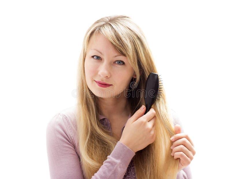 Mujer que aplica su pelo con brocha imágenes de archivo libres de regalías