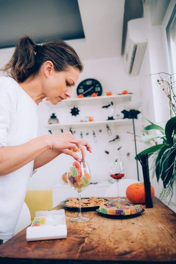 Mujer que arregla el caramelo suave de la jalea fotografía de archivo