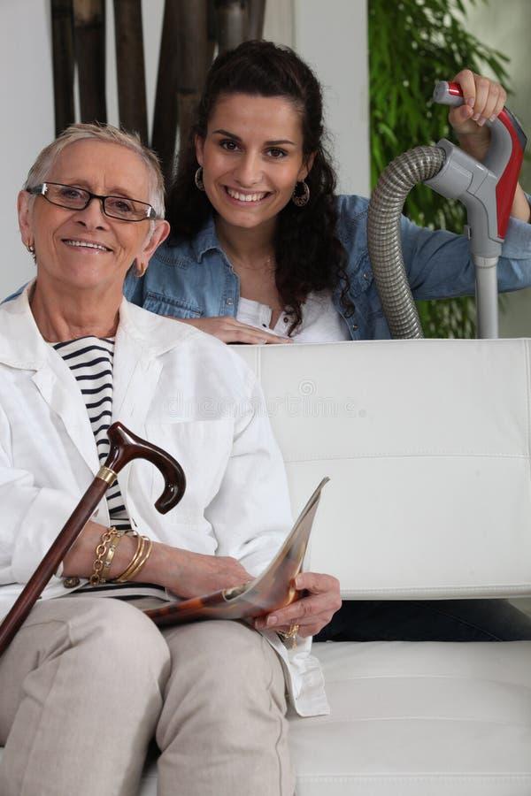 Mujer que ayuda a una señora mayor