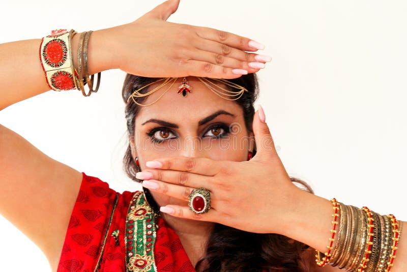 Mujer que baila danza india en vestido nacional imagen de archivo