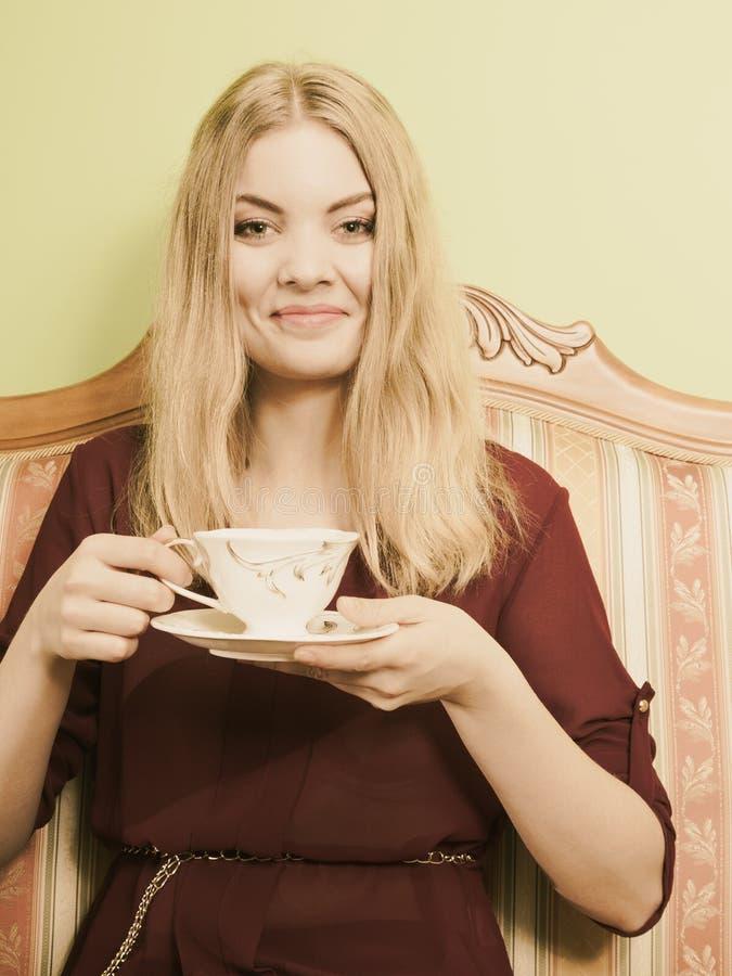 Mujer que bebe la bebida caliente del café cafeína imagenes de archivo