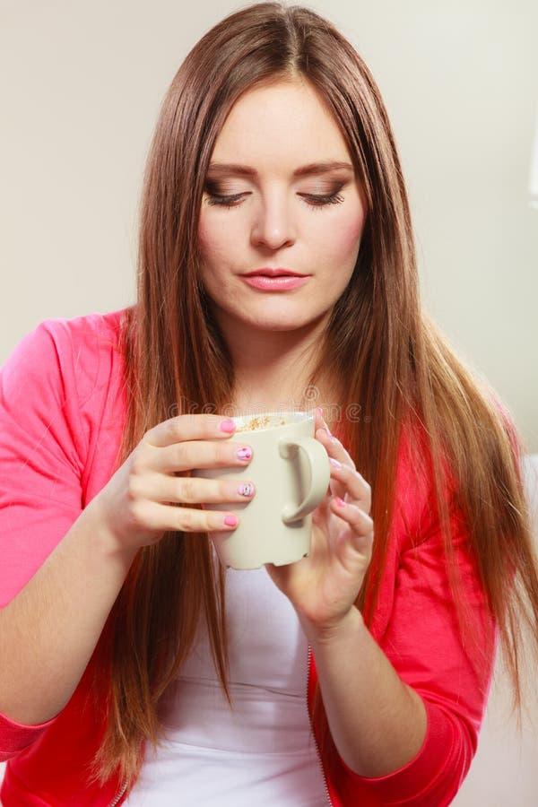 Mujer que bebe la bebida caliente del café cafeína foto de archivo