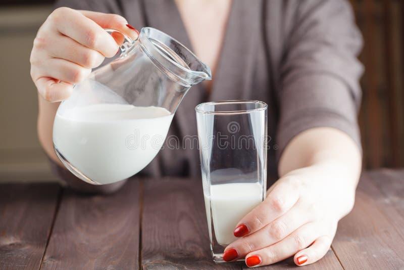 Mujer que bebe la comida de leche sana de la forma de vida fotos de archivo