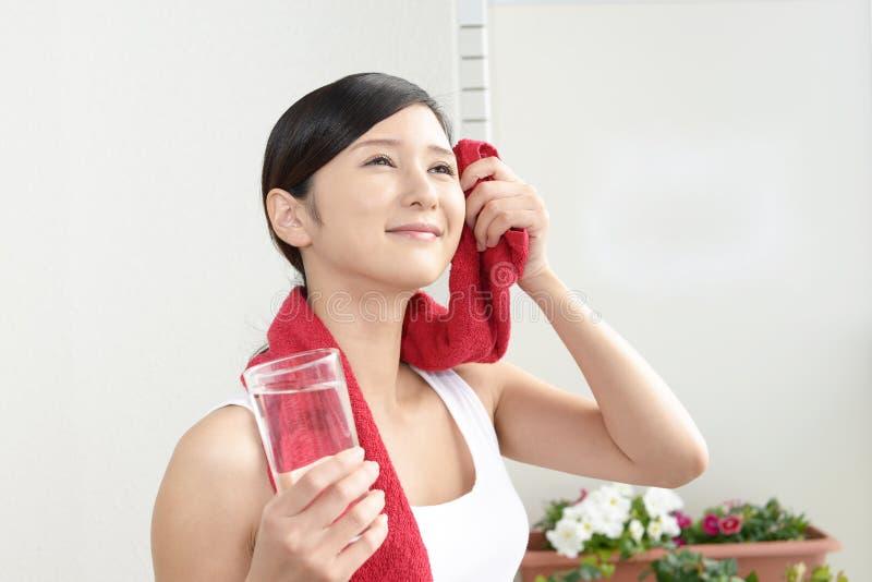 Mujer que bebe un vidrio de agua imagen de archivo libre de regalías