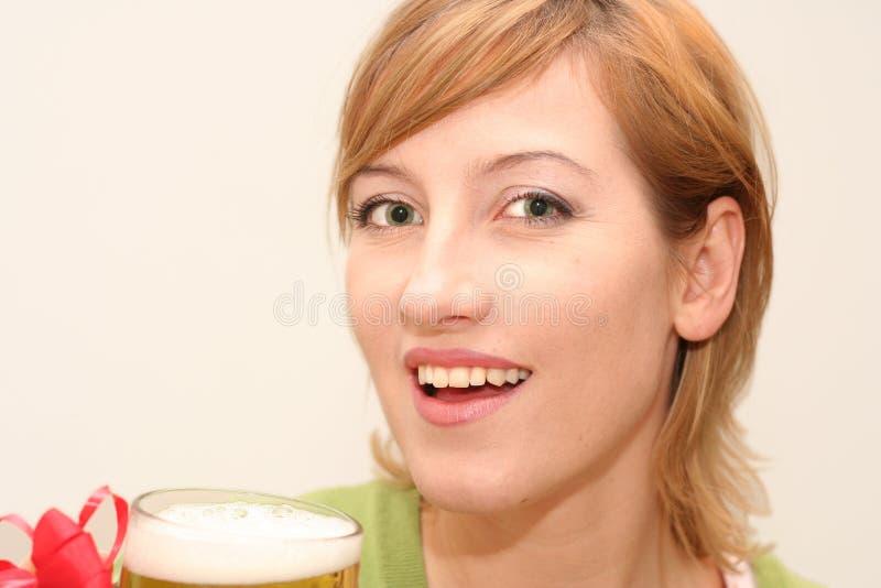 Mujer que bebe una cerveza imagen de archivo libre de regalías