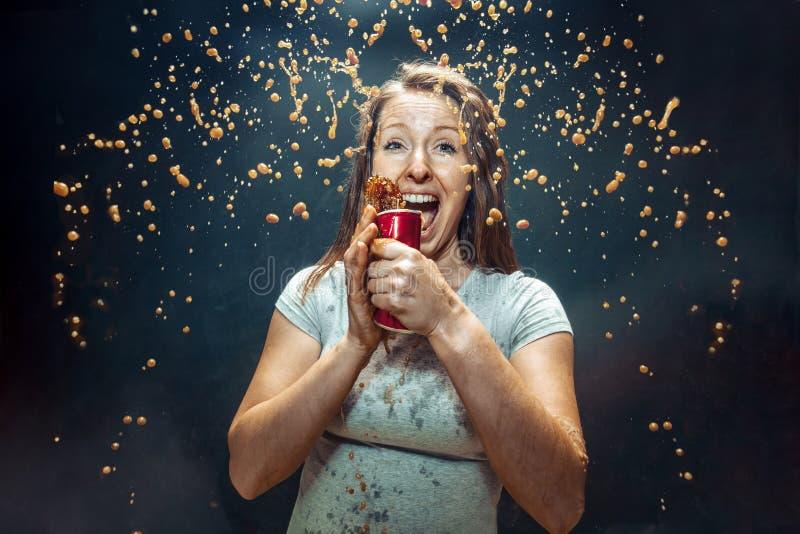Mujer que bebe una cola fotos de archivo libres de regalías