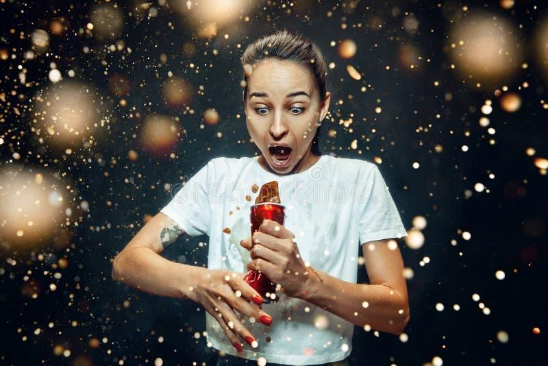 Mujer que bebe una cola foto de archivo