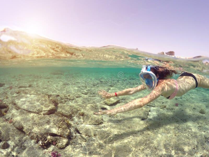 Mujer que bucea cerca del arrecife de coral, Mar Rojo, Egipto fotografía de archivo libre de regalías