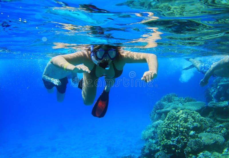 Mujer que bucea en el Mar Rojo
