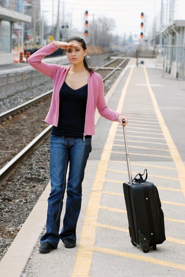 Mujer que busca el tren imagen de archivo libre de regalías