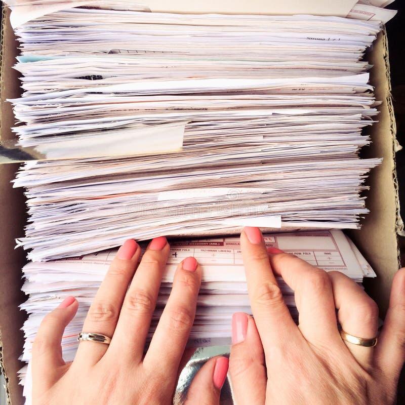 Mujer que busca para el documento foto de archivo libre de regalías