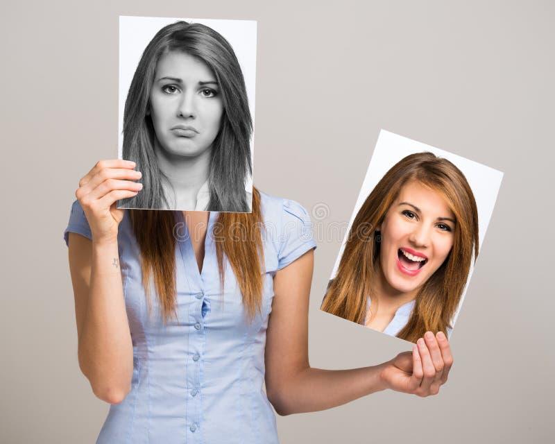 Mujer que cambia su humor imagen de archivo