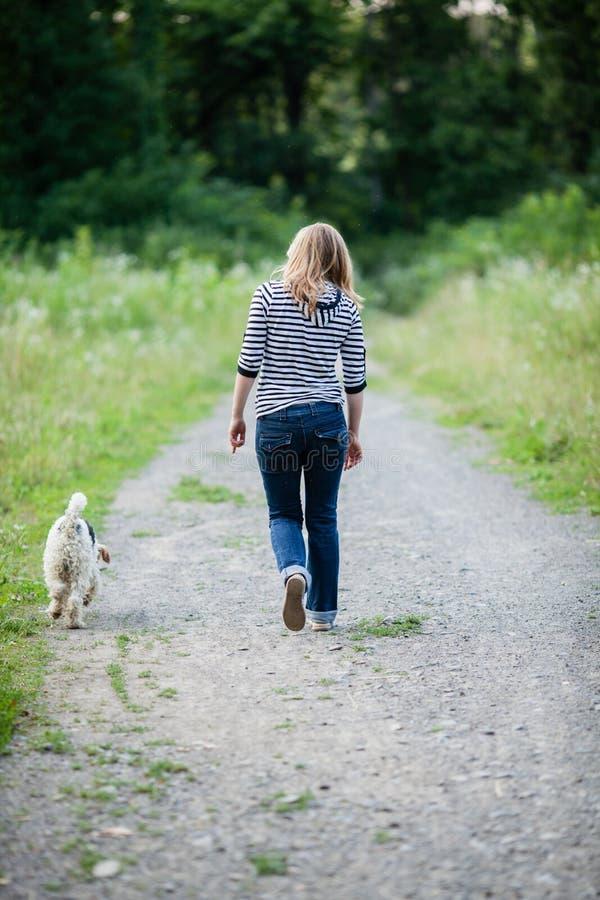 Mujer que camina con un animal doméstico fotos de archivo libres de regalías