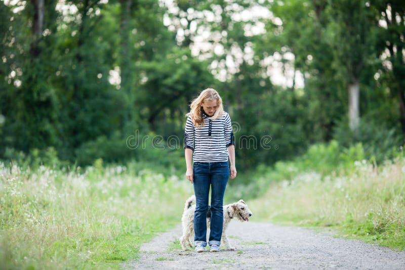 Mujer que camina con un animal doméstico imagen de archivo