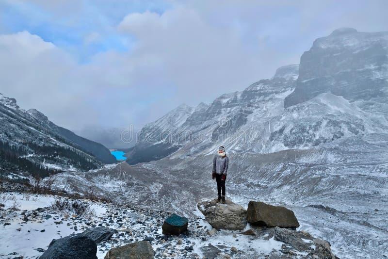 Mujer que camina en canadiense Rocky Mountains cerca de Lake Louise fotografía de archivo