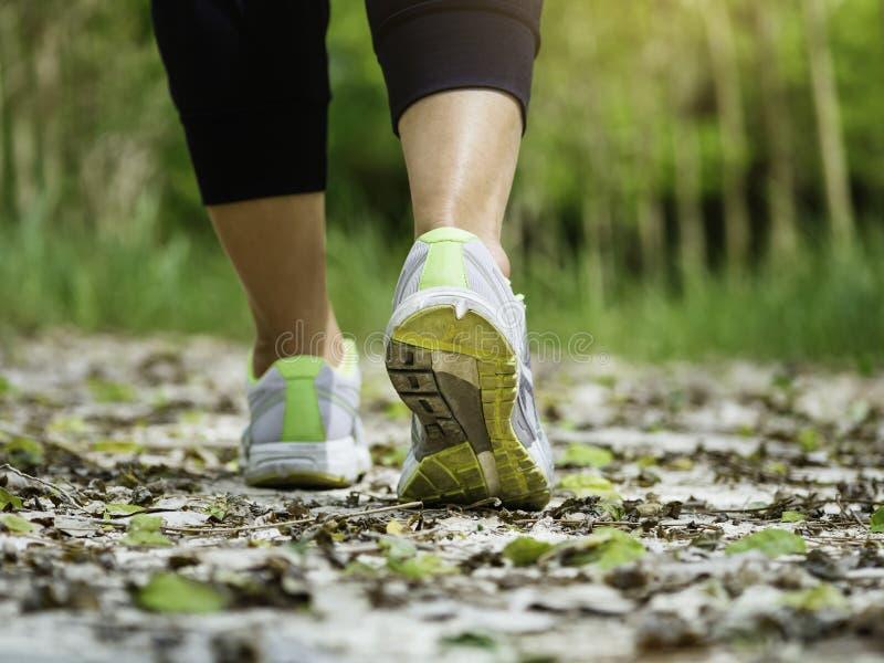 Mujer que camina en ejercicio que activa al aire libre del rastro imagen de archivo libre de regalías