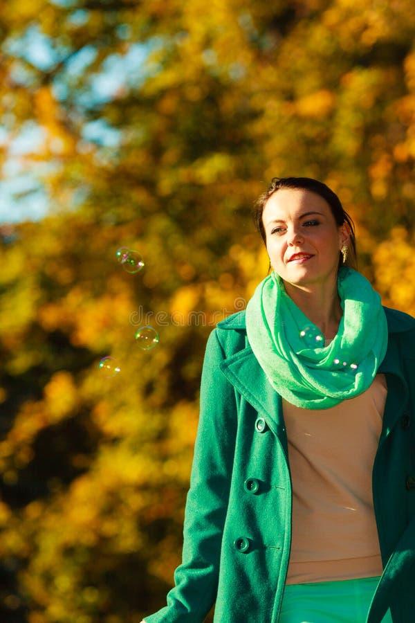 Mujer que camina en el parque que hace la burbuja de jabón foto de archivo libre de regalías