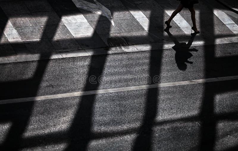 Mujer que camina en el paso de cebra fotos de archivo libres de regalías