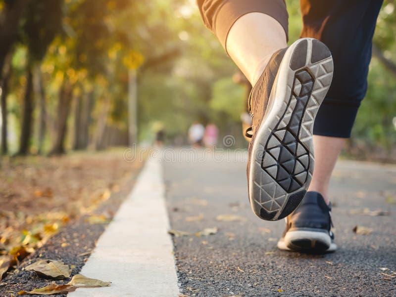 Mujer que camina en forma de vida sana del entrenamiento del parque del ejercicio al aire libre del rastro fotos de archivo