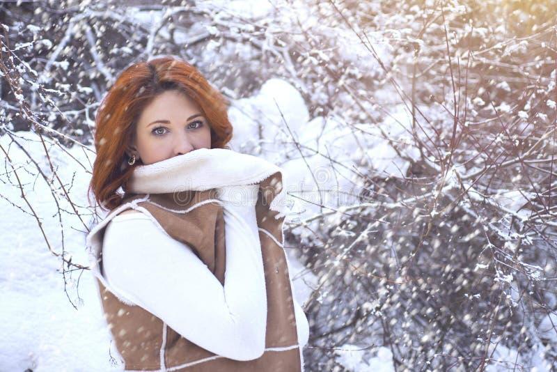 Mujer que camina en invierno en el bosque fotos de archivo libres de regalías