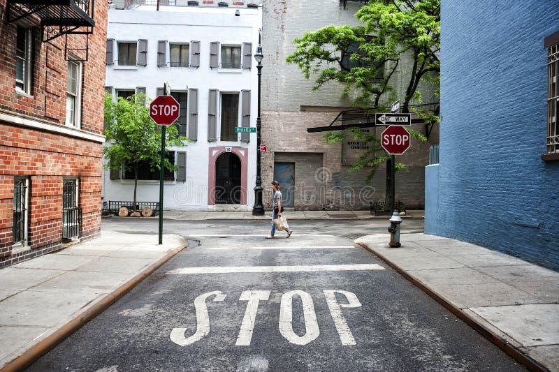 Mujer que camina en la calle de Minetta y la esquina del carril de Minetta en nueva Y foto de archivo libre de regalías
