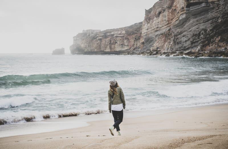 Mujer que camina en la playa de Océano Atlántico en Portugal foto de archivo libre de regalías