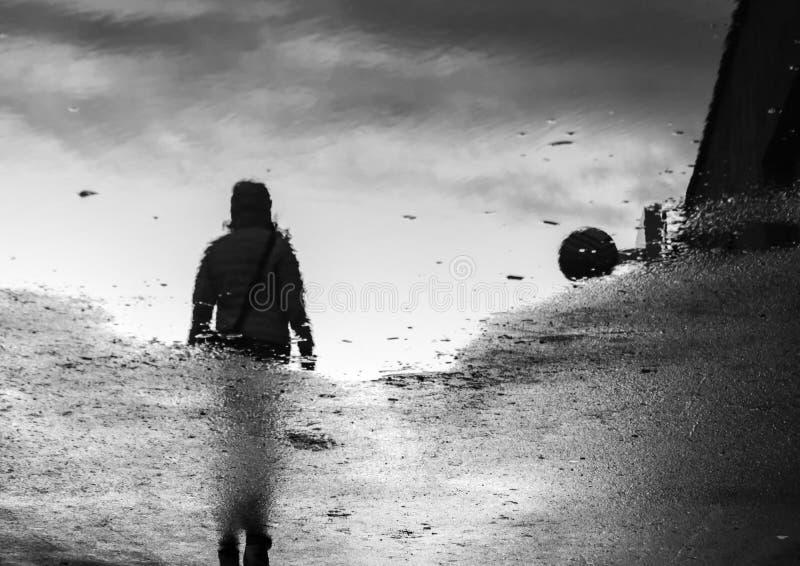 Mujer que camina en la reflexión imagen de archivo libre de regalías