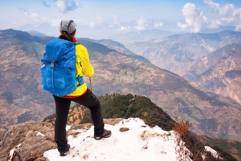 Mujer que camina en montañas imágenes de archivo libres de regalías