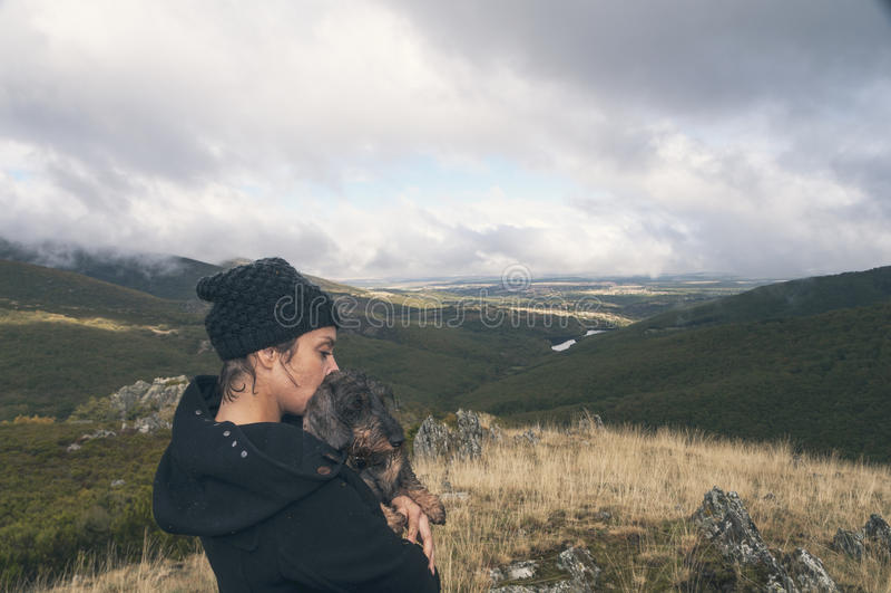 Mujer que camina en un día nublado del otoño imagenes de archivo