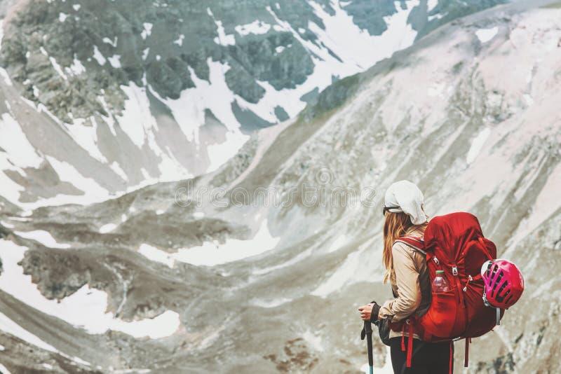 Mujer que camina solamente en las montañas ilustración del vector