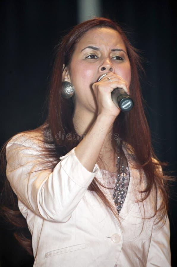 Mujer que canta durante un concierto cristiano en el Bronx NY imagenes de archivo