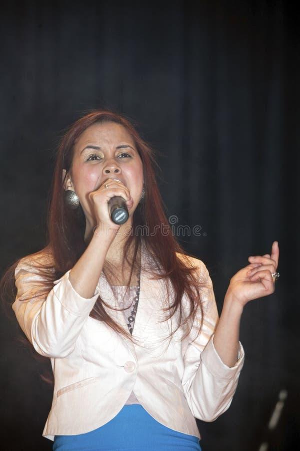 Mujer que canta durante un concierto cristiano en el Bronx NY imagen de archivo libre de regalías