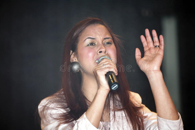 Mujer que canta durante un concierto cristiano en el Bronx NY foto de archivo