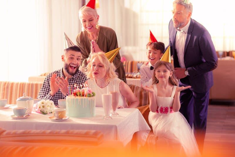 Mujer que celebra cumpleaños con el marido y la familia imagenes de archivo