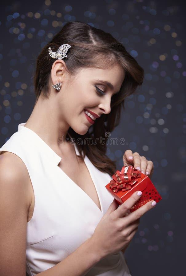 mujer que celebra la Navidad foto de archivo