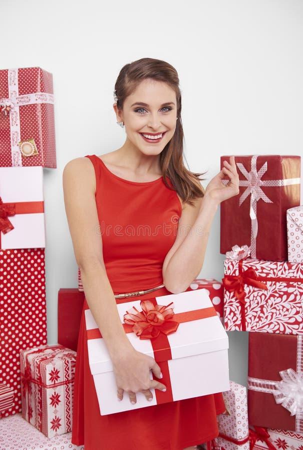 mujer que celebra la Navidad imagenes de archivo