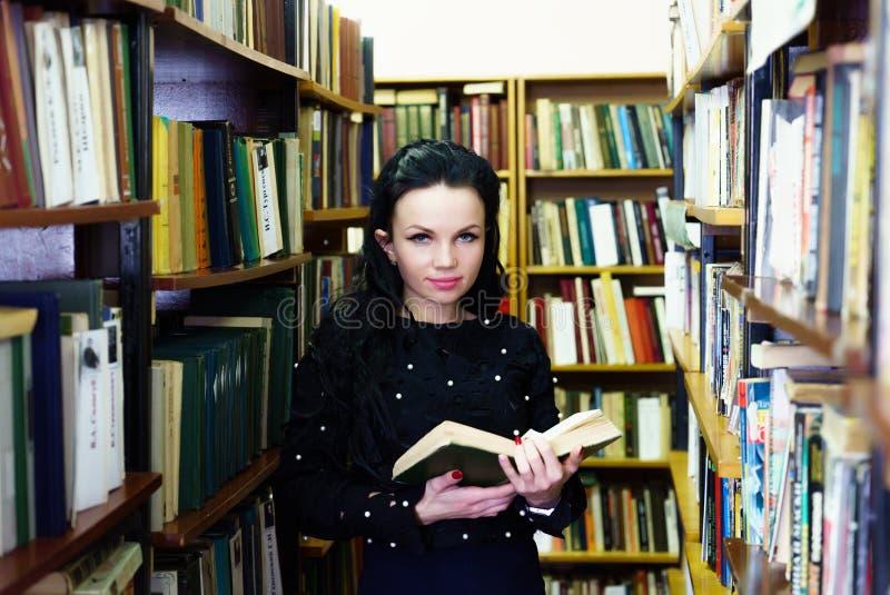 Mujer que celebra la presentación sonriente del libro para la cámara imagenes de archivo