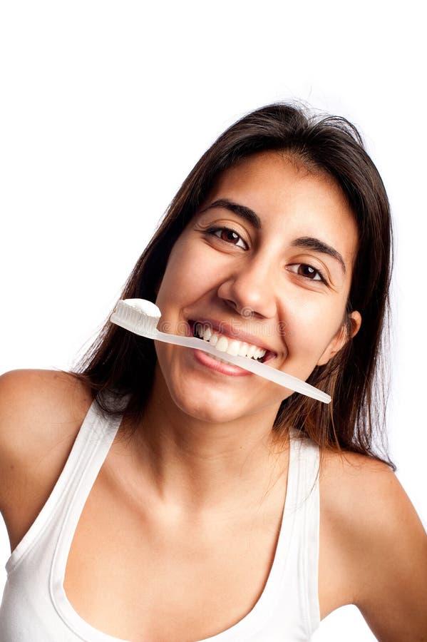 Mujer que cepilla sus dientes fotos de archivo libres de regalías